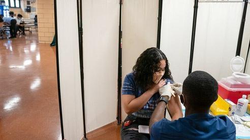 WHO lên án nặng nề các nước giàu tiêm mũi vắc-xin Covid-19 tăng cường