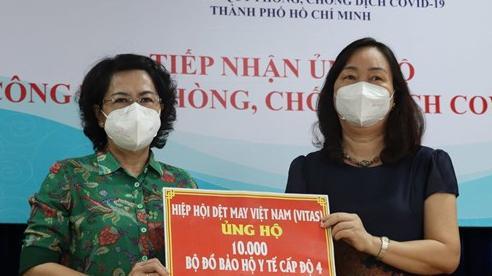 TP.HCM: Tiếp nhận và trao tặng 10.000 bộ đồ bảo hộ y tế cho lực lượng tuyến đầu