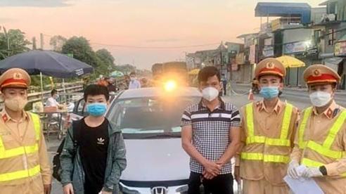 Tài xế Hà Nội giấu trẻ em trong cốp xe hòng 'né' chốt