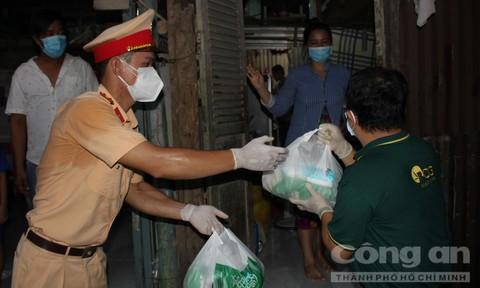Chùm ảnh CBCS Phòng Cảnh sát đường thủy Công an TPHCM đến với bà con xóm trọ nghèo