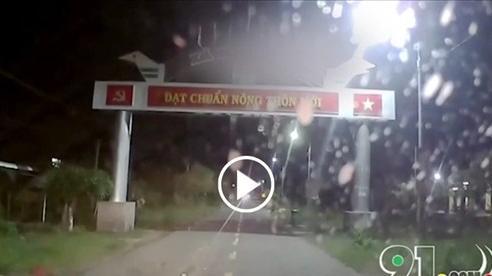 Phóng như tên bắn, 2 thanh niên lấn làn tông trực diện vào đầu ô tô