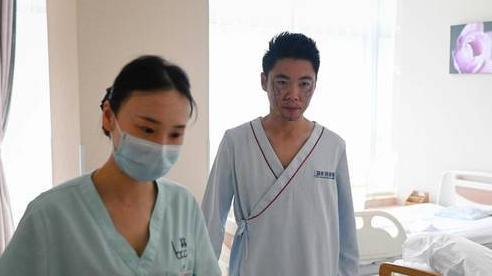 Hàng triệu nam giới Trung Quốc bất chấp đau đớn để 'cải lão hoàn đồng'
