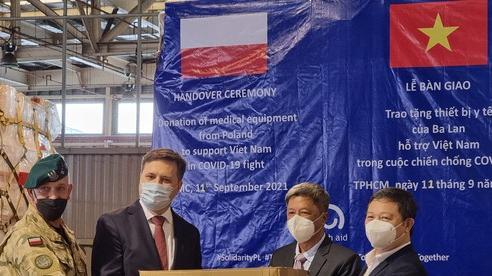 Việt Nam tiếp nhận gần 8 tấn thiết bị y tế do Ba Lan viện trợ