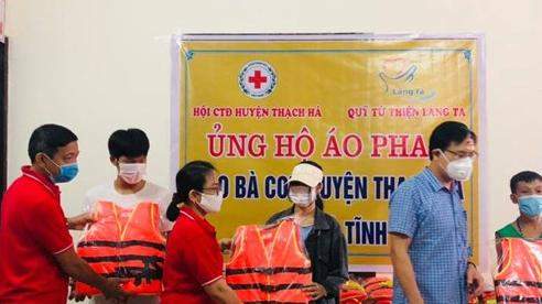 Hà Tĩnh trao tặng 300 áo phao cho người dân vùng ngập lụt