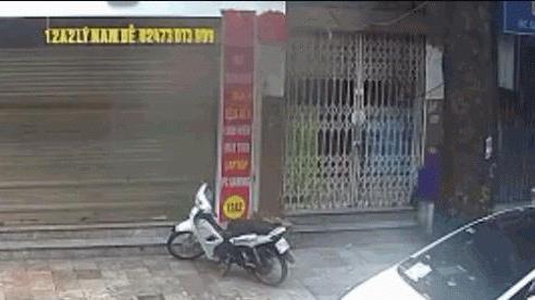 Video: Hai thanh niên bẻ khóa, trộm xe máy 'nhanh như chớp' ở Hà Nội