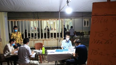 [Ảnh] Hà Nội: Nhiều quận, huyện lấy mẫu xét nghiệm và tiêm vaccine cho người dân vào ban đêm