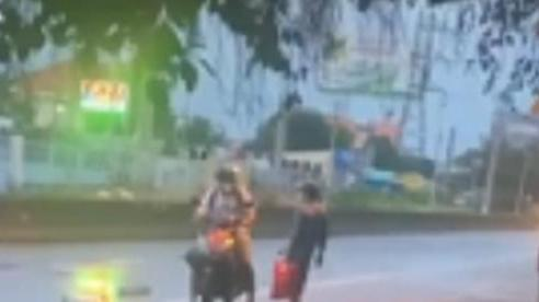 Gặp người đàn ông chân trần giữa trời mưa tầm tã, nam thanh niên lập tức 'quay xe' và có hành động ấm lòng