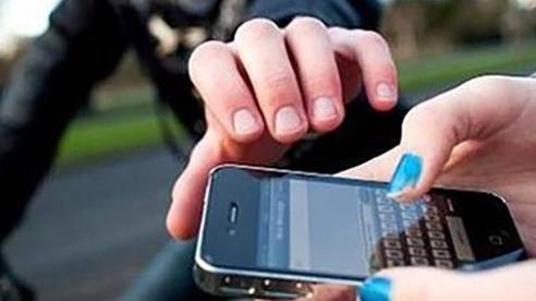 Muốn bạn trai mới quen đến chở đi chơi, cô gái bịa chuyện mình bị cướp điện thoại