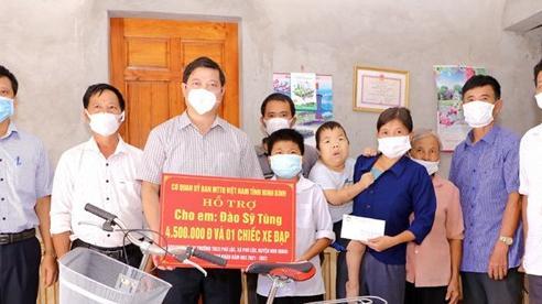 Trao quà cho học sinh nghèo vượt khó ở Ninh Bình