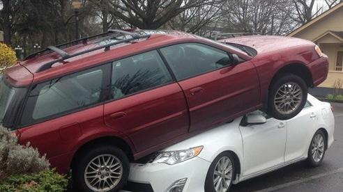 Subaru Legacy rồ ga 'hạ cánh' trên Toyota Camry