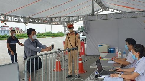 Hà Nội: Xử phạt hơn 300 trường hợp vi phạm, kiểm soát trên 10.000 giấy đi đường