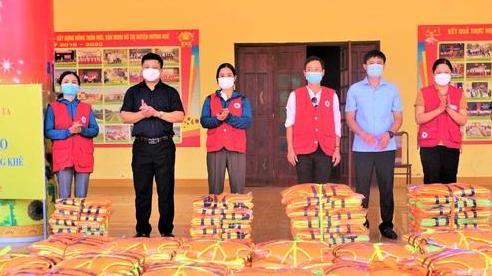 Hà Tĩnh trao tặng 990 áo phao cho người dân vùng ngập lũ
