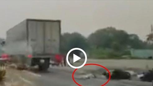 Sau va chạm hai xe máy, 1 phụ nữ bị xe tải cán tử vong