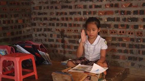 Xót thương cảnh nghèo của ba đứa trẻ không cha, nhọc nhằn đi tìm con chữ