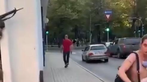 Xem binh sĩ Latvia tập trận xả đạn ngay giữa phố đông người