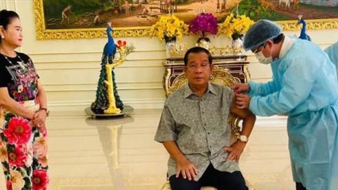 Thủ tướng Campuchia tiêm mũi thứ 3 vaccine Covid-19