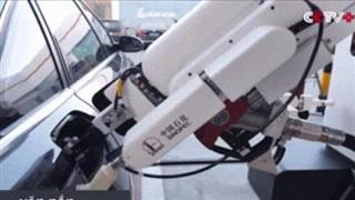 Video: Cận cảnh robot tự động bơm xăng cho ôtô chỉ trong 3 phút