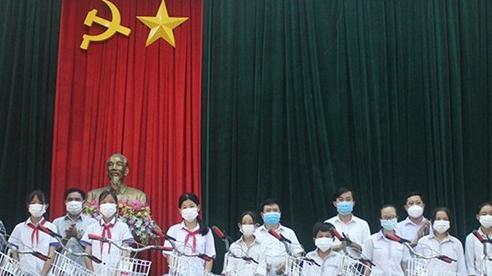 Hà Tĩnh trao 499 suất quà, trị giá hơn 640 triệu đồng cho học sinh nghèo