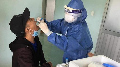 Nữ nhân viên y tế hơn 90 ngày cùng 'đồng đội' bám chốt chống dịch