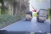 Khoảnh khắc xe tải lật nhào vì tránh xe tạt đầu khiến dân mạng tranh cãi