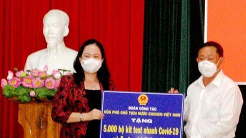 Phó Chủ tịch nước trao tặng thiết bị y tế cho tỉnh An Giang