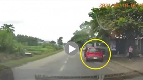 Tài xế mở cửa xe ẩu, suýt 'gây họa' cho ô tô khác trên quốc lộ