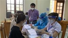 Quảng Bình: Một giáo viên tiêm cùng lúc 2 mũi vaccine phòng Covid-19