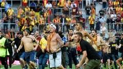 Giải Ligue 1: Cổ động viên tràn xuống sân đối đầu cảnh sát