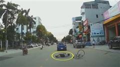 Tránh xe Lead đi ngược chiều, xe đạp va phải ô tô