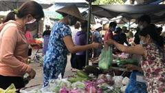 Đi chợ truyền thống, phải biết 'cách xa nhau'...