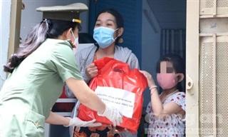TPHCM: Công an đến tận nhà tặng quà Trung thu cho các em mồ côi vì COVID-19