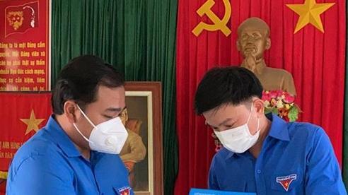 Trao Huy hiệu Tuổi trẻ dũng cảm tặng cán bộ Đoàn cứu 2 công nhân bị lũ cuốn