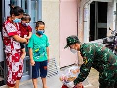 Bộ đội 'tiếp tế' thực phẩm cho người dân khó khăn do COVID-19