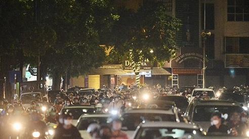 [Ảnh] Hà Nội: Người dân đổ xô ra đường đêm Trung thu, nguy cơ tiềm ẩn lây lan dịch Covid-19