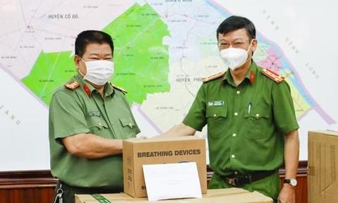 Cục Cảnh sát kinh tế tặng thiết bị y tế cho Công an TP.Cần Thơ