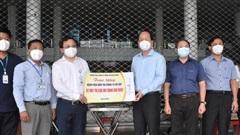 Phó Bí thư Thành ủy TPHCM Nguyễn Hồ Hải thăm, tặng trang thiết bị y tế tại quận 12 và Gò Vấp