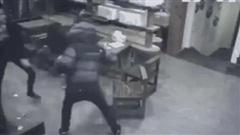 Video: Cố tình vào quán quậy phá, 3 tên côn đồ gặp đúng nữ cao thủ