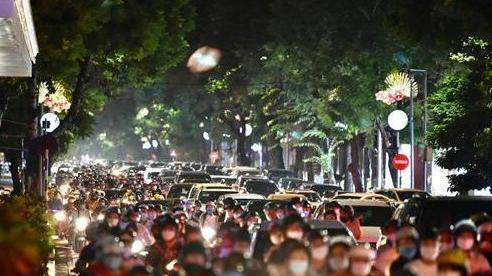 Hà Nội: Trung thu người dân đổ ra đường, kiểm soát dịch Covid-19 ra sao?