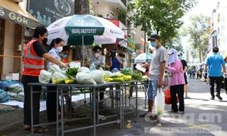Người dân vùng xanh ở TPHCM đi 'chợ dã chiến' mua hàng hóa