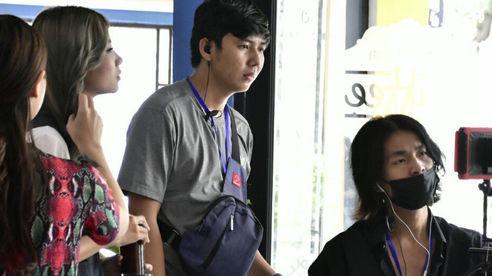 Đạo diễn Jin Sang trao quà cho học sinh khó khăn tại quê nhà