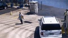 Camera giao thông: Tài xế nhầm chân ga, Mercedes lao xuống sông khiến nhiều người hốt hoảng