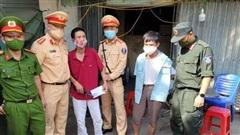 Cảnh sát đuổi bắt và khống chế người đàn ông thủ dao bầu đi đòi nợ