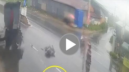 Sang đường bất cẩn lúc trời mưa, người đi xe máy bị tông văng cả trăm mét