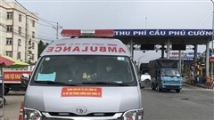 Xe cứu thương bật còi hú qua chốt kiểm soát, 3 người trên xe khai báo vòng vo