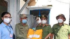 Lãnh đạo Công an TPHCM trao gạo, nhu yếu phẩm... cho bà con khó khăn ở quận 3
