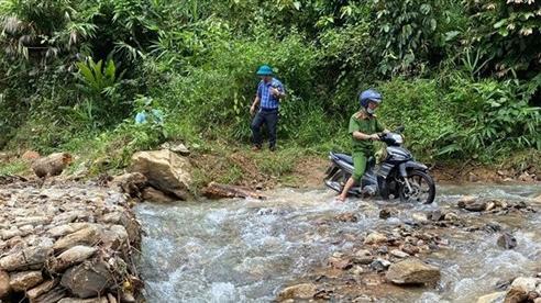 Các tuyến đường lên huyện miền núi Phước Sơn sạt lở nghiêm trọng do mưa lớn sau bão số 6