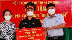 Trao kinh phí xây 'Nhà đồng đội' và tặng quà cho người dân trên ấp đảo Thiềng Liềng