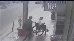 Video: Cướp táo tợn giật phăng điện thoại trên tay người đàn ông ngồi xe lăn