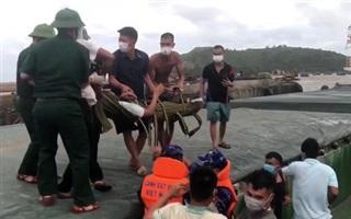 Cảnh sát biển cứu sống thuyền viên gặp nạn trên biển Quảng Bình