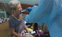 Trung uý Công an tình nguyện chăm sóc cụ bà 82 tuổi nhiễm Covid-19 sống một mình